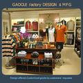 vêtements pour hommes design intérieur du magasin avec tous les meubles de présentation