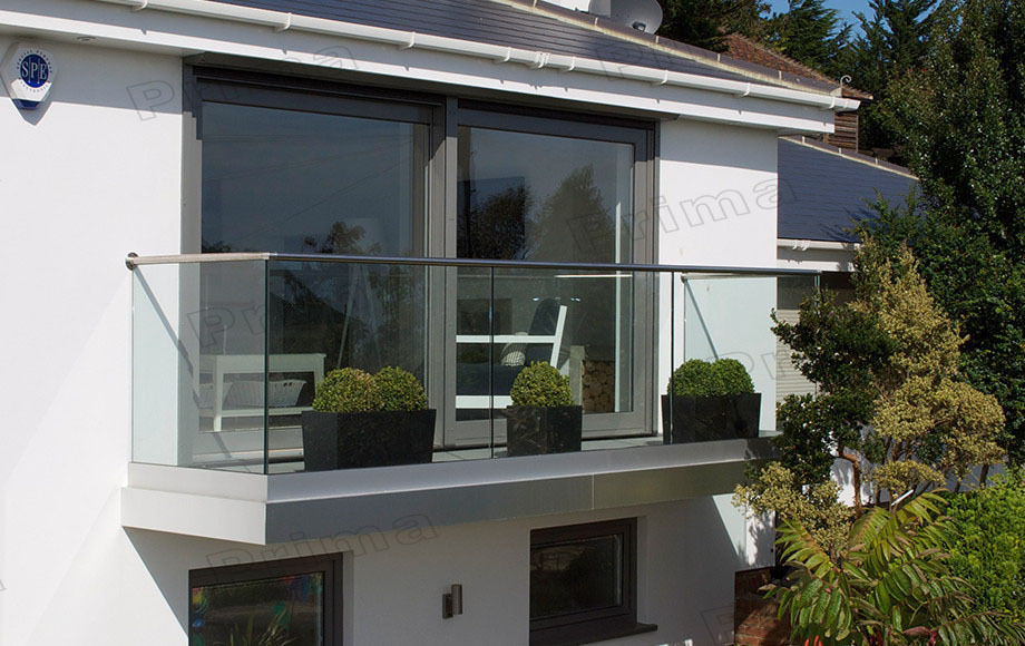 Outdoor stainless steel u channel modern deck railing for Balustrade en verre exterieur