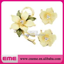 2015 wolesale beautiful flower shape rhinestone resin brooch for wedding card