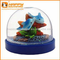 Custom home decoration craft souvenir dolphin and starfish plastic snow globe