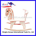 de color rosa de madera caballo de oscilación con base de madera de diseño hermoso