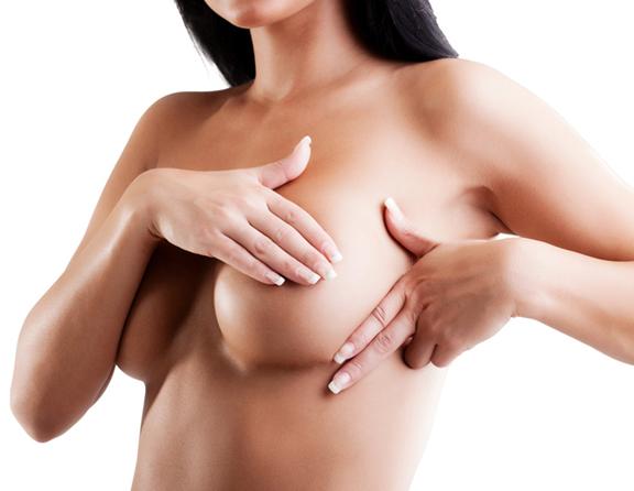 Operação em aumento em um peito do primeiro tamanho a