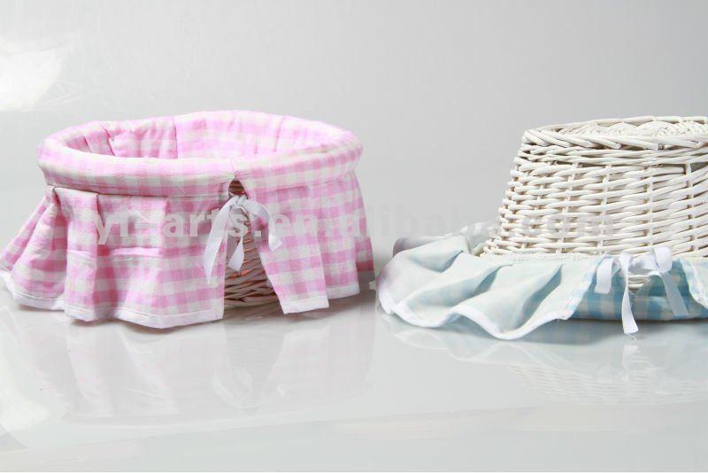 Ronda de color rosa y azul cuadrados de la cesta de mimbre con ...
