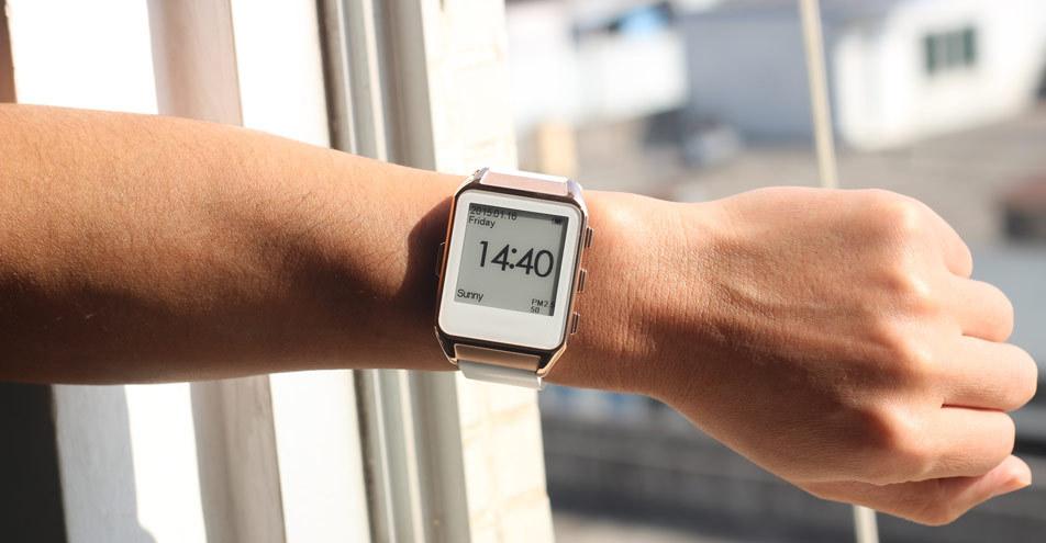 Часы соединяются с мобильным устройством по blu.