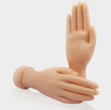 las uñas de acrílico de la mano de la práctica