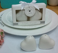 Wholesale A Dash of Love heart ceramic salt and pepper shaker for cheap wedding door gift for guest