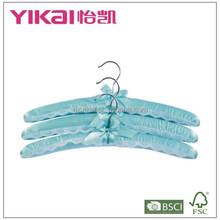conjunto de três peças de luz azul cabide acolchoado de cetim com laço decorado