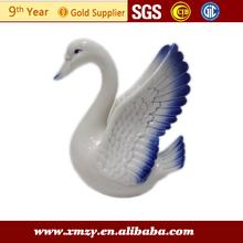 de color blanco puro figuras de porcelana de los cisnes
