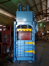 Hydraulic vertical baler