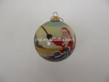 La costumbre dentro de la mano- hecho decoradas impresa colgando de navidad bola de cristal
