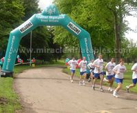 Customized advertising green inflatable balloon arch for race C2006