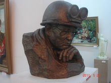 Bronze famous worker sculpture with glasses for souvenir
