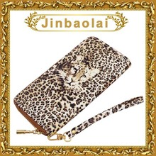 mujer cartera de leopardo