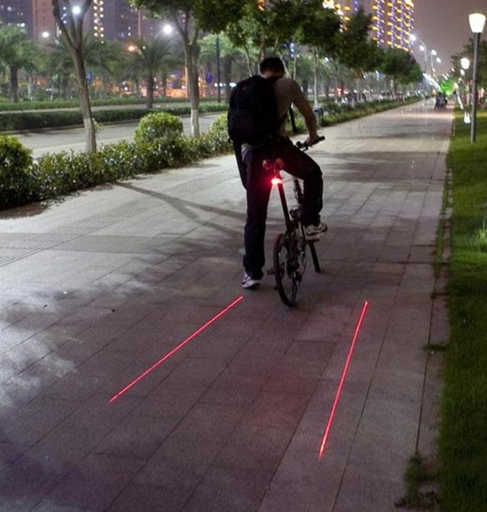 Лазерный проектор для велосипеда. На дороге перед велосипедистом отображается  изображение, которое отчетливо видно и днем и ночью. Не попадайте в аварии! Купить с бесплатной доставкой. Цена 690 рублей