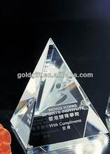 escritorio de cristal en forma de pirámide con láser 3D para regalos de empresa