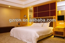 Elegantes muebles del dormitorio de hotel