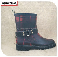 2015 high quality special design grid rain boots with good price