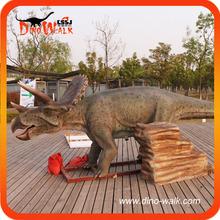 Parque interactivo realista figura del dinosaurio triceratops