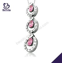 Adorable rosa de pavo real- en forma de compromiso vestido de collares en chaquiras