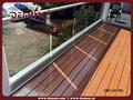 barandilla de balcón de vidrio con diseños de pasamanos de hierro
