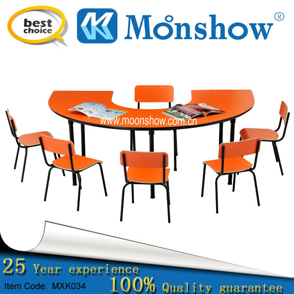 Studente nella scuola primaria a ferro di cavallo tavolo for Mobilia o mobilio