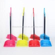 Escoba de plástico y recogedor para la limpieza del piso
