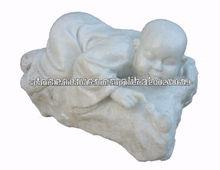 estatua de monje de mármol