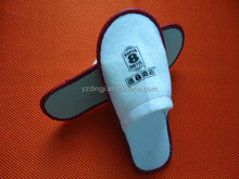 Colored spots close toe disposable dearfoams slippers /bulk hotel slippers cheap