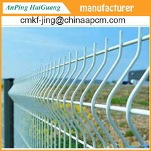 Powder coated wire mesh fence with folds