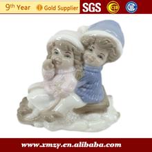 boneca de porcelana cerâmica enfrenta