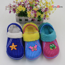 Add velvet shoes with the cute frog for kids keep warm In the autumn and winter day