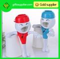 de dibujos animados empujando ahorrar tubo dispensador de pasta de dientes exprimidor