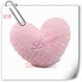 shaggy corazón de color rosa en forma de almohada