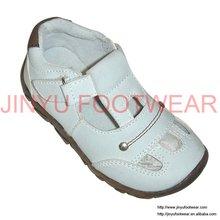 Branco roupa dos miúdos e sapatos