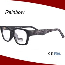 Plastic reading glasses with pattern in temple arms