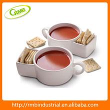 Para café de porcelana con un espacio de galleta taza