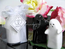Novely wedding favors of ceramic cruet set black and white hugging salt and pepper shakers