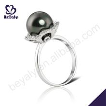design semplice disegno del fiore perla nera in argento rodiato