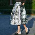 señoras plata brillo metálico y secciones de larga falda de burbuja