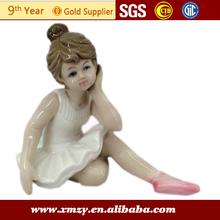 cute boneca de porcelana para a decoração