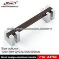 mango de aluminio acabado en color madera