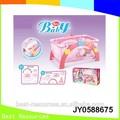 Plástico de color rosa muñeca de juguete cama