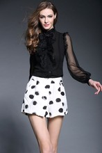 Alta calidad nueva marca de moda 2015 de europa femenino de seda de las colmenas de la pajarita Patchwork de manga larga negro blanco de seda de la gasa de la blusa