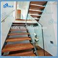 Intérieure escalier rectiligne en acier, rampe d'escalier en verre, balustrade avec les semelles en bois