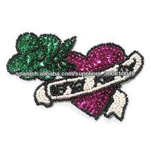Hierro en la perla del diseño del bordado del corazón