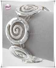 Silver Tone Metal / Lead&nickel Compliant / Magnetic Closure / Swirl Design / Bracelet