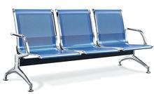 Tres de los asientos de cuatro personas esperando en el aeropuerto de acero inoxidable sillas de los asientos el hospital espe