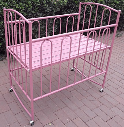 Newest metal swinging design baby cribs baby cot bed for Baby bed with wheels