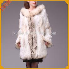 modelo de moda de la señora de piel de conejo real abrigo