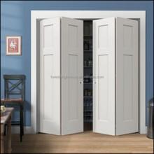 Intérieur en bois des toilettes coulissantes portes